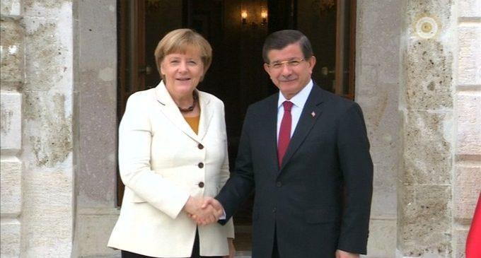Merkel se encontra com Davutoglu para debater a questão de imigrantes