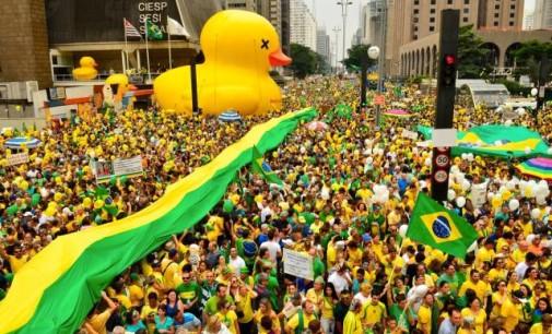 Protesto no Brasil, silêncio e ditadura na Turquia