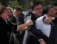 Jornalista opositor turco escapa de assassinato em frente a tribunal