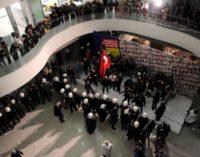 Polícia invade o Zaman, maior jornal da Turquia