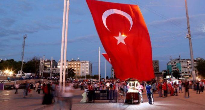 Presidente da Turquia promete perseguir empresas ligadas ao clérigo Gulen