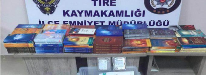 Livros e jornais usados como evidência para demonstrar seguidores do Gulen como terroristas