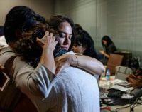 Polícia invade escritório de rádio e TV críticos e detém funcionários