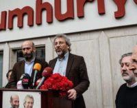 Editor-chefe e colunista do Cumhuriyet detidos pela polícia, pedido de prisão emitido para Can Dundar