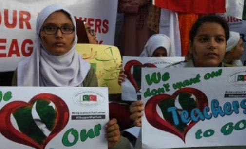 Estudantes do Paquistão protestam contra a decisão do governo de deportar os professores turcos