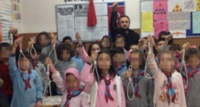 Professor que fez alunos posar com forcas provoca indignação