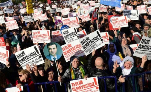 Após governo prender líderes, partido de esquerda é desmontado na Turquia
