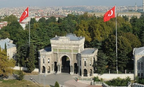 """Multidão radical ataca Universidade de Istambul, entoa """"Vida longa à nossa luta islâmica"""""""