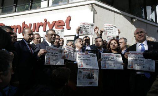 Turquia emite ordem de detenção contra 35 jornalistas acusados de golpismo