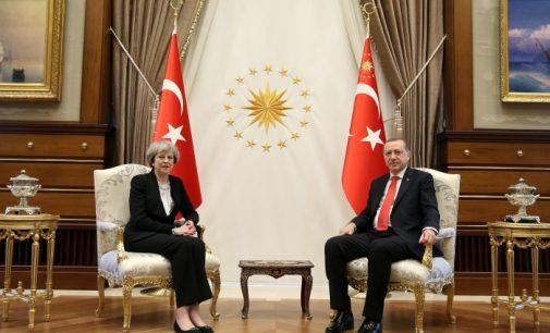 De olho no aumento do comércio, Premiê britânica Theresa May se reúne com Erdogan