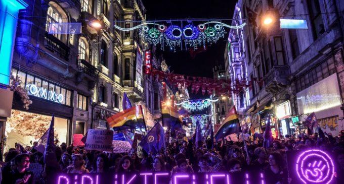 Marcha realizada em Istambul para marcar o Dia Internacional das Mulheres