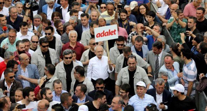 Oposição vai às ruas para pedir justiça na Turquia