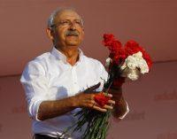 O líder turco da CHP termina 450 km de protesto com manifestação