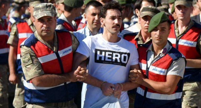 Na Turquia, pessoas são detidas por causa de camiseta com a palavra 'herói'