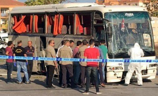 10 feridos em explosão de bomba em İzmir dirigida a ônibus de prisão
