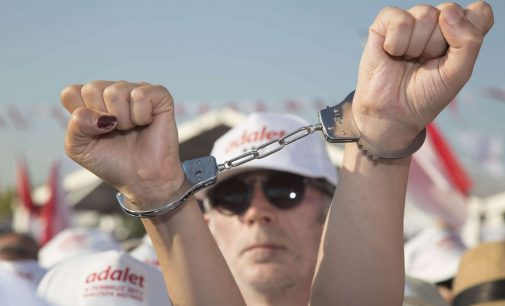 Turcos detidos por usarem aplicativo encriptado ByLock 'tiveram direitos humanos violados'