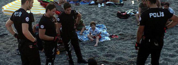 2 mulheres detidas brevemente por beberem cerveja em uma praia turca