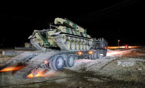 Soldados turcos atravessam fronteira para apoiarem a operação em Idlib na Síria