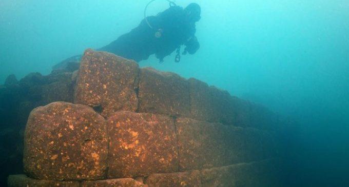 Castelo submerso de 3 mil anos é encontrado em lago na Turquia