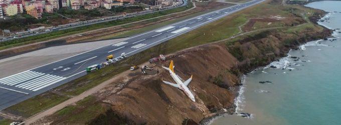 Avião derrapa para fora da pista em Trabzon e mergulha pelo penhasco até a margem do mar