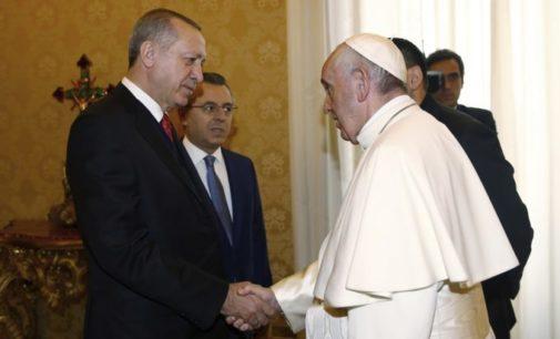 Papa presenteia presidente turco com medalhão contra a guerra