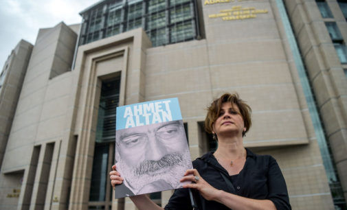 Seis jornalistas turcos condenados a prisão perpétua