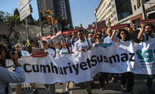 Jornalistas do Cumhuriyet recebem sentenças sob acusações de terrorismo