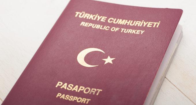 Acadêmicos demitidos querem seus passaportes de volta