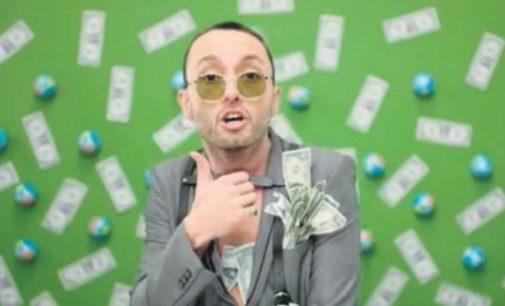 """Cantor pop acusado de ser """"golpista"""" por uso de notas de dólar em videoclipe"""