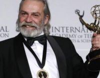 Ator turco Haluk Bilginer vence prêmio no Emmy