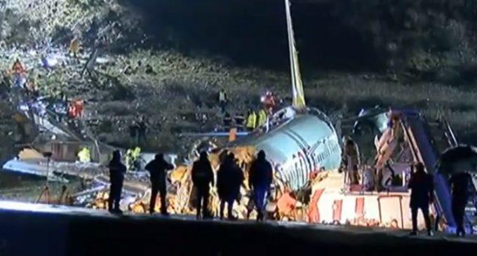 [Atualização] Avião se parte ao meio na Turquia e três morrem