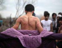 Migrantes agredidos por forças gregas na fronteira com a Turquia