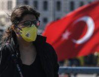 """População jovem e bons cuidados de saúde ou falta de transparência na testagem? O """"milagre turco"""" das poucas mortes por Covid-19"""