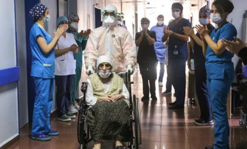 Turca de 107 anos vence o novo coronavírus e sai aplaudida do hospital