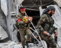 Rebeldes apoiados pelo governo turco saqueiam casas na Síria