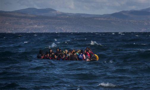 Grécia secretamente expulsa mais de mil refugiados, ao abandoná-los no mar