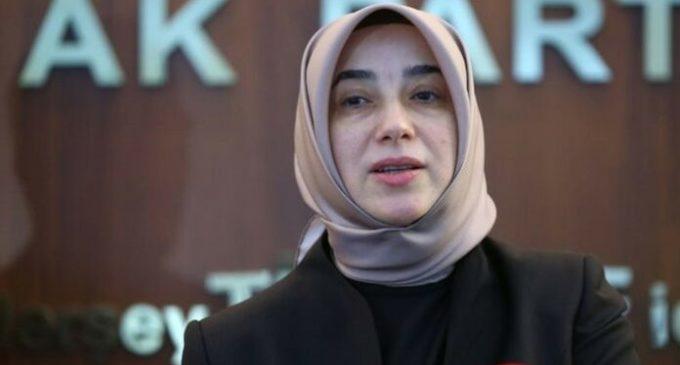 Deputada do AKP nega buscas íntimas em prisões da Turquia e acusa a oposição de aterrorizar o parlamento