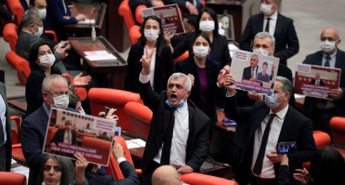 Partido curdo luta contra tentativa de ilegalização na Turquia