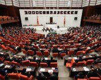 Parlamento turco aprova projeto de lei que amplia os poderes do estado de emergência por mais um ano
