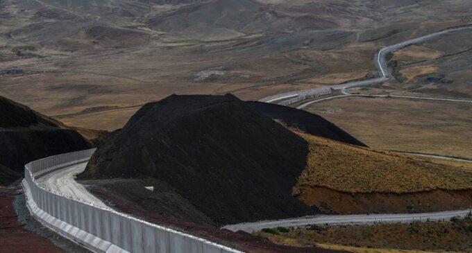 """""""Parada completa"""": O novo muro turco confronta afegãos em fuga"""