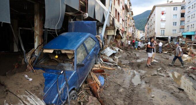 O número de mortes por inundação na Turquia chega a 38, enquanto Erdoğan visita a zona de desastre