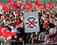 Milhares de pessoas protestam contra as novas regras de testes e vacinas turcas