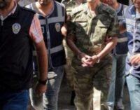Turquia emite mandados de detenção para 40, incluindo 23 soldados