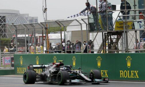 Bottas ganha na Turquia, vantagem do título para Verstappen